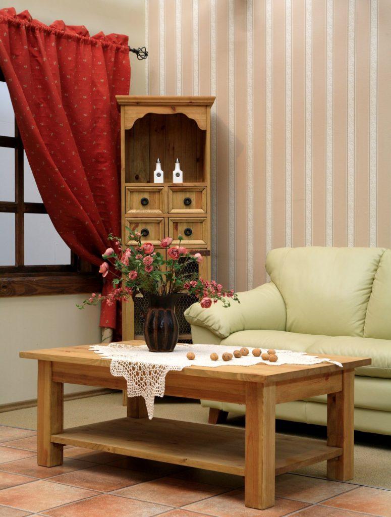 Aranżacja eleganckiego salonu z dodatkiem czerwieni