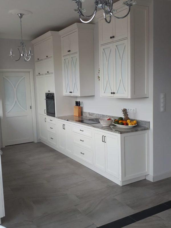 Kuchnia drewniana biała subtelna